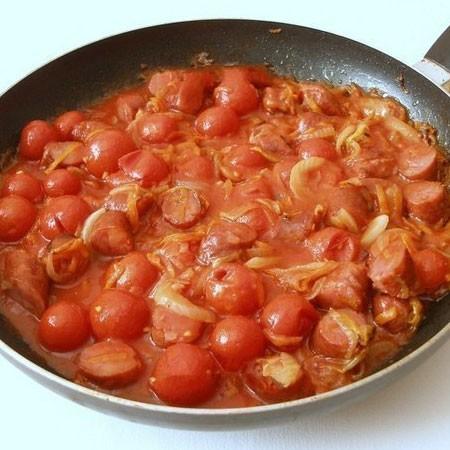 1. Этап. Затем добавьте помидоры вместе с соком, тушите несколько минут.