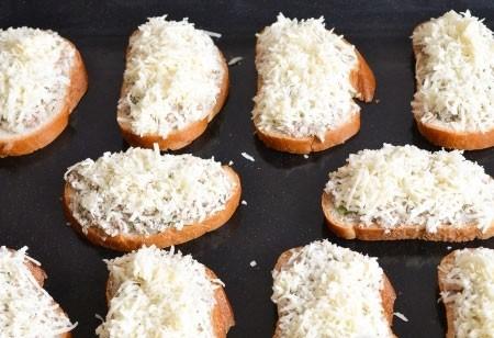 1. Этап. Посыпьте бутерброды тертым сыром, переложите на протвинь и запекайте при 200 градусах примерно 10 минут. Сыр должен полностью расплавится, а хлеб немного подсушиться.