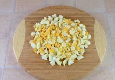 1. Этап. Яйца очистите от скорлупы и нарежьте кубиками.