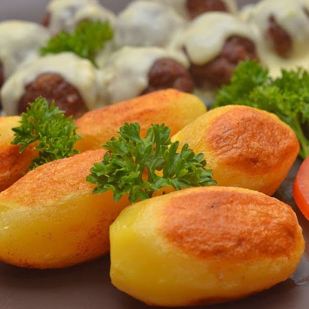 1. Этап. Вытащите готовый картофель посолите и поперчите. Подавайте.