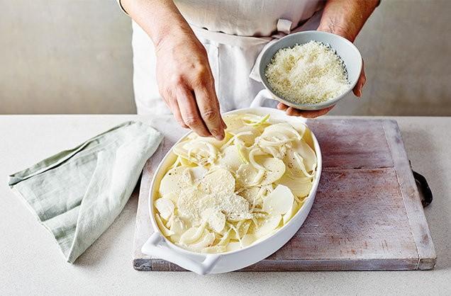 1. Этап. Залить молоком и сыром, эта смесь должна попасть чуть ниже картофеля. Поменяйте сыр, если хотите: рокфор придаст яркого вкуса, а моцарелла придаст мягкости.