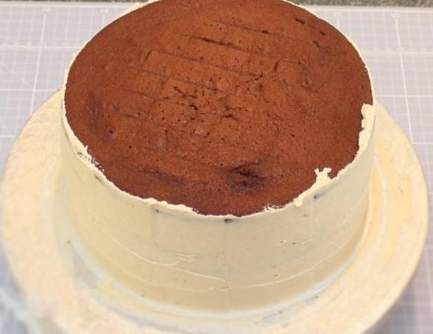 1. Этап. Коржи перемажьте приготовленным кремом, а так же смажьте кремом торт со всех сторон.  Накройте пищевой пленкой, сверху поставьте небольшой груз чтобы уплотнить торт и поставьте в холодильник на 40 минут.