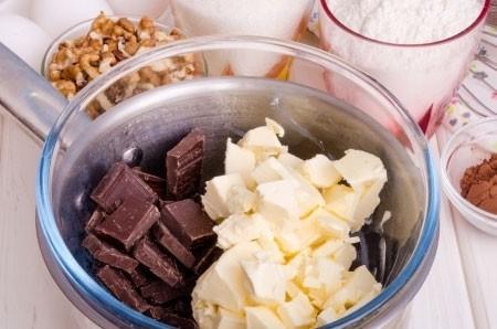 1. Этап. Сливочное масло сложите с поломанным шоколадом в миску и растопите на водяной бане, сильно не грейте что бы шоколад не свернулся.