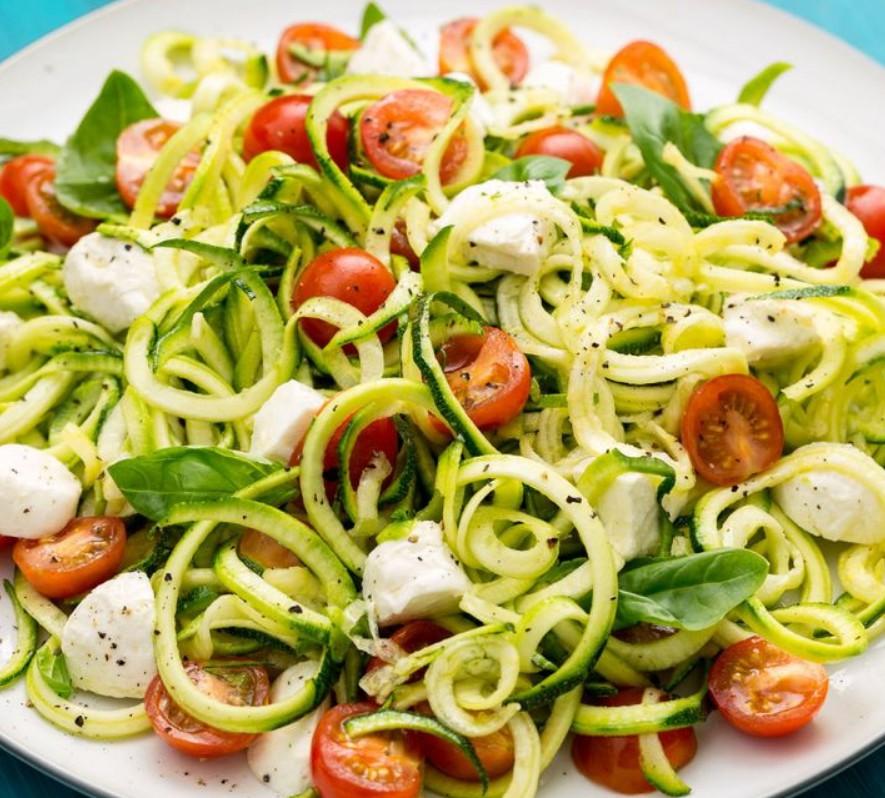 1. Этап. Слейте жидкость что образовалась. Добавьте нарезанные помидоры, моцареллу и базилик. Перемешайте до однородности и подавайте.
