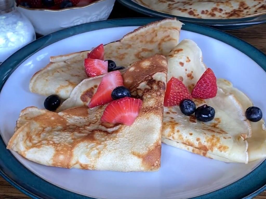 1. Этап. Подавать блины теплыми со свежими фруктами и сахарной пудрой или же с вашим любимым вареньем.
