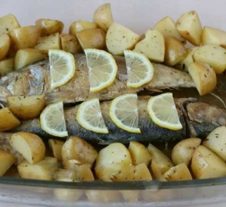 1. Stage. Put the herring to the potatoes, put the lemon slices on top and pour the lemon juice on top. Bake at 180 degrees for 20 minutes or until cooked.