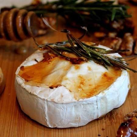 1. Этап. Запекайте сыр на гриле в течении 15 минут. Багет нарежьте на кусочки и так же обжарьте на гриле возле сыра.