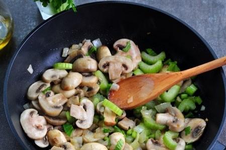 1. Этап. Затем добавьте нарезанный сельдерей в сковороду и готовьте еще несколько минут.