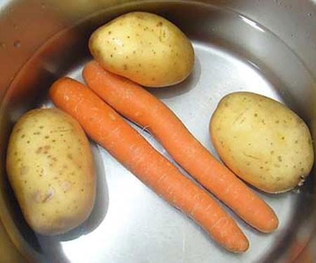 1. Этап. Картофель и морковь вымыть, отварить до готовности, охладить и очистить. Морковь натереть на крупной тёрке, картофель нарезать маленькими кубиками.