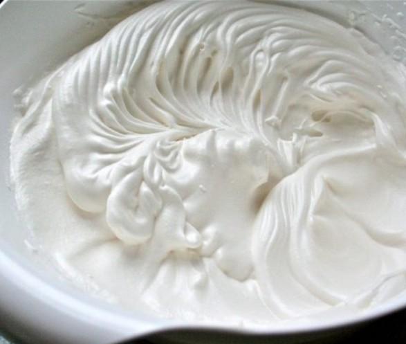 1. Этап. Сливки взбейте с сахаром и ванилью до мягких пиков.