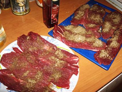 1. Этап. Мясо нарежьте на крупные полоски и немного отбейте молотком, тогда мясо быстрее приготовится и будет нежнее. Все специи смешайте и натрите ими мясо, также взбрызните немного уксусом. Поставьте мясо на ночь в холодильник под прессом.