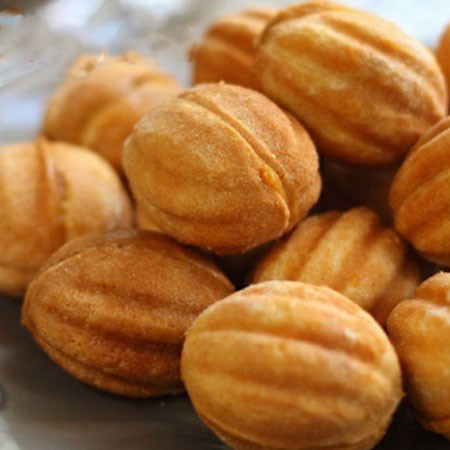 1. Stage. Start each half with condensed milk and combine the two parts into a whole nut; if you wish, you can put inside a piece of walnut.