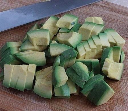 1. Этап. Авокадо очистите и нарежьте кубиками. Его можно не добавлять это дело вкуса.
