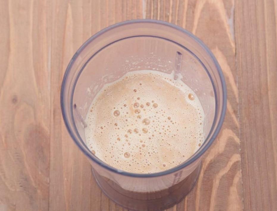 1. Этап. Панцири переложите в чашу блендера, влейте бульон и взбейте до однородного состояния. Готовую смесь процедите через марлю или мелкое сито. Перелейте наш бульон в сковороду к муке и хорошо перемешайте.