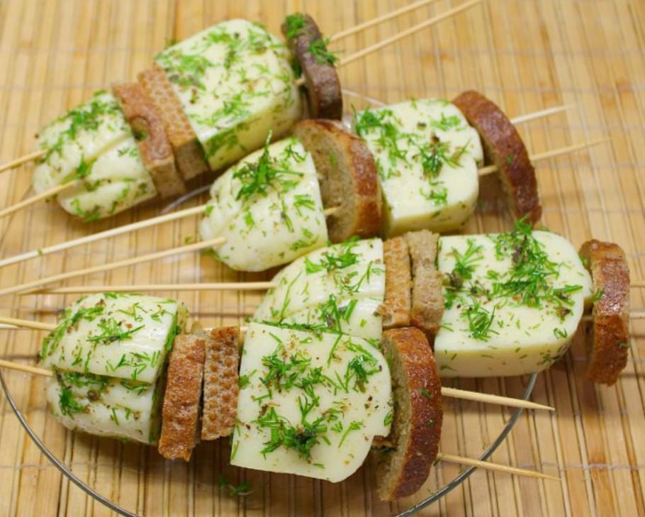 1. Этап. Хлеб и сулугуни наденьте на шпажки и готовьте на открытом гриле по 2 минуты с каждой стороны.