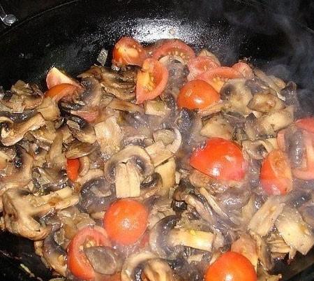 1. Этап. Добавить помидоры, перемешать и жарить ещё 5 минут. Залить сливками и на среднем огне слегка выпарить соус около 10 минут, посолите и приправьте по вкусу.