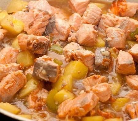 1. Этап. Верните рыбу в сковороду и готовьте в течении нескольких минут.