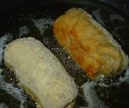 1. Stage. Beat the remaining egg, salt a little, dip the rolls in flour, then in the egg and breadcrumbs. Fry in a large amount of oil or deep-fried to a beautiful golden crust.