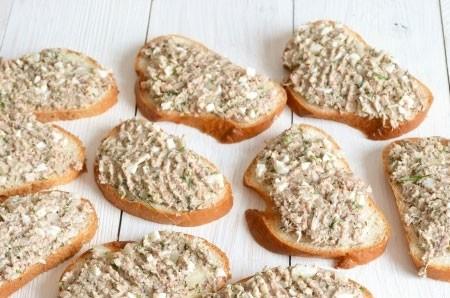 1. Этап. Каждый кусочек хлеба смажьте приготовленной пастой.