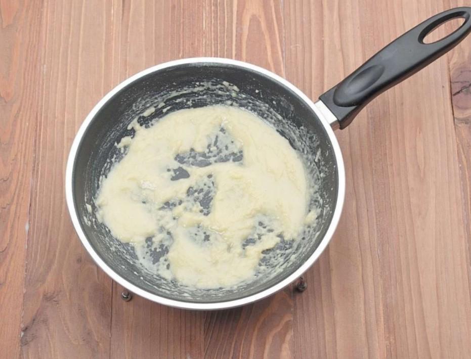 1. Этап. Муку обжарьте на сливочном масле постоянно помешивая до румяного цвета.