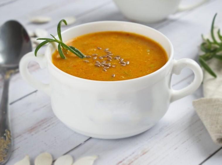 1. Этап. Готовый суп украсьте семенами льна или тыквы и подавайте.