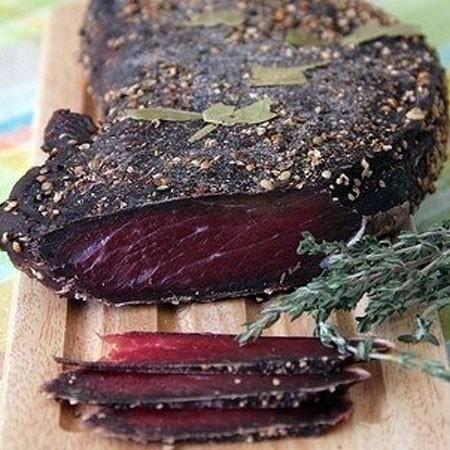 1. Этап. Вяленую говядину обмотайте тканью, а сверху бумагой. Хранить нужно в холодильнику не больше месяца.