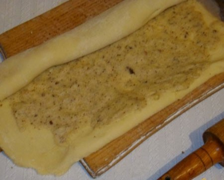 1. Stage. Divide the dough into three parts, roll each part a rectangle 3 mm thick. Spread the filling and roll.