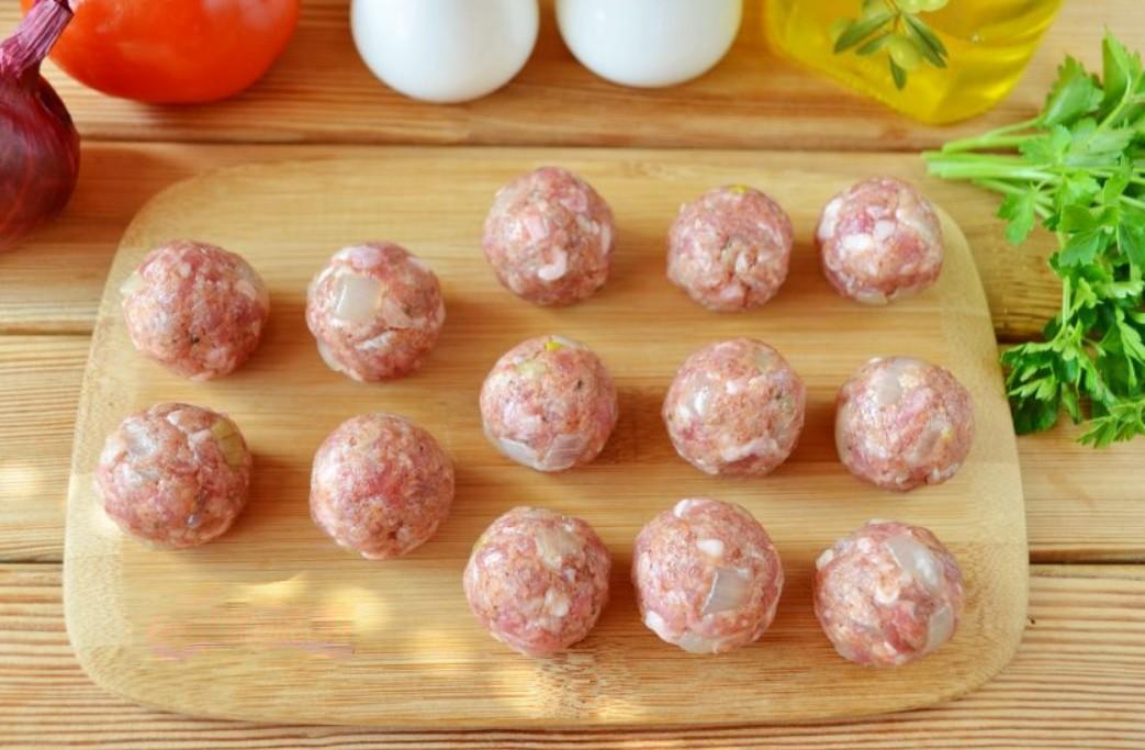 1. Этап. Из фарша сформируйте небольшие шарики. Поставьте их в холодильник на 20 минут.