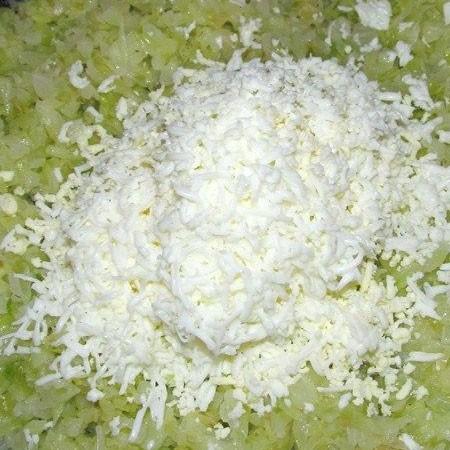 1. Этап. Тесто приготовьте по вашему любимому рецепту или купите уже готовое. Капусту мелко нашинкуйте и обжарьте на растительном масле, в конце посолите и добавьте тертые отварные яйца. Приправьте по вкусу и хорошо перемешайте.