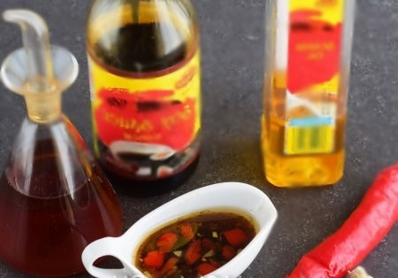 1. Этап. Для соуса смешайте оливковое масло, соевый соус, пропущенный через пресс чеснок и мелко измельченный перец чили. Хорошо перемешайте.