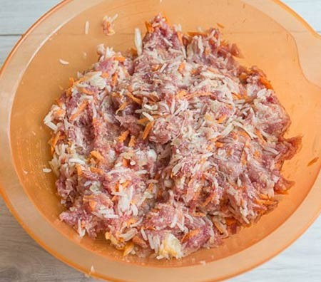 1. Stage. Boil the rice in slightly salted water until half cooked, it will take about 10 minutes after boiling. Add the minced meat, chopped onion and grated carrots to the rice. Mix well, salt and pepper to taste. If desired, carrots with onions can be fried until tender in vegetable oil.
