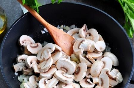 1. Этап. К луку добавьте нарезанные шампиньоны и обжарьте в течении 10 минут.