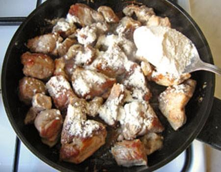 1. Этап. Мясо обжарьте после картофеля до румяности, затем добавьте муку и постоянно помешивая обжарьте в течении 3 минут.