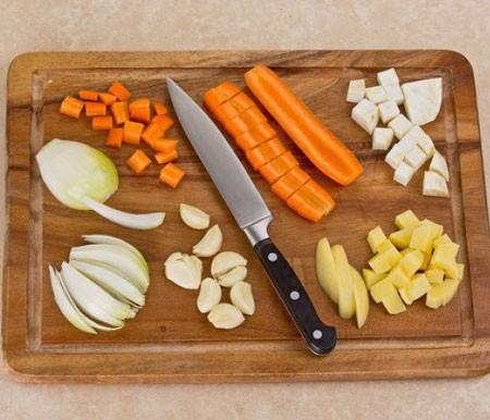 1. Этап. Овощи очистите, картофель, сельдерей и морковь нарежьте кубиками, лук - перьями, чеснок оставьте целым.
