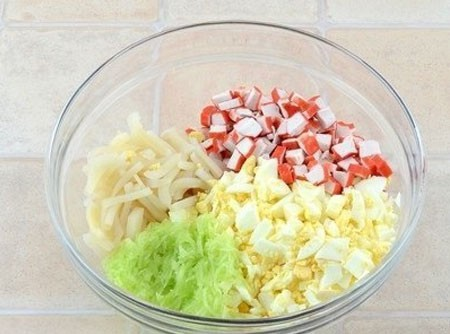 1. Этап. Смешайте все ингредиенты, посолите по вкусу и заправьте майонезом или сметаной.