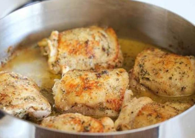 1. Этап. В большой сковороде на среднем или сильном огне разогрейте 1 столовую ложку масла. Добавить курицу, приправить солью и перцем и поджарить до золотистого цвета по 3 минуты с каждой стороны.