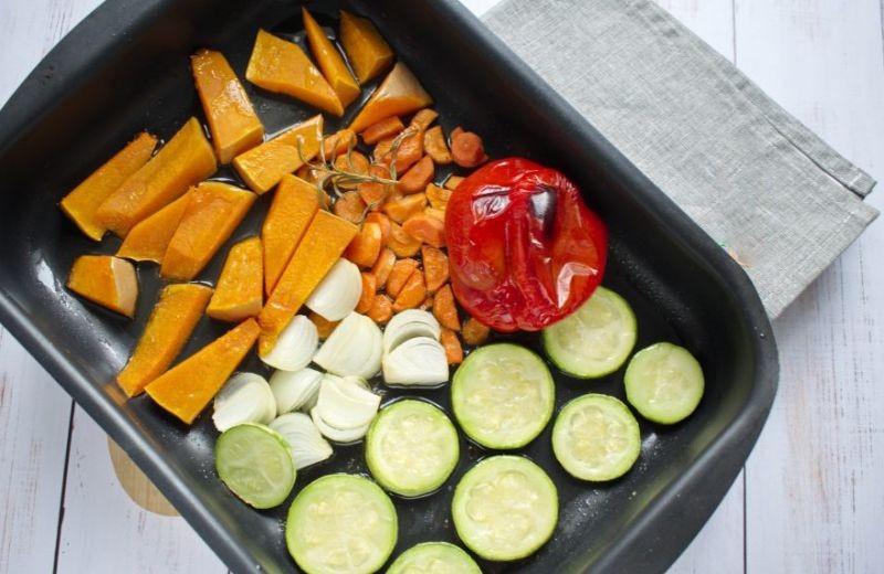 1. Этап. Все овощи нарежьте на средние кусочки и выложите на противень. Взбризните оливковым маслом, посолите и поперчите, сверху положите веточки розмарина. Запекайте 25 минут при 200 градусах.