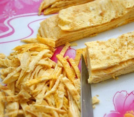 1. Stage. Fold the pancakes in a stack, cut into four even parts, and then cut into strips.