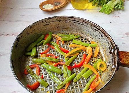 1. Этап. Сладкий перец нарежьте соломкой и обжарьте вместе с фасолью в течении нескольких минут.