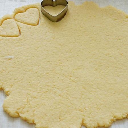 1. Этап. Тесто раскатайте толщиной примерно в пол сантиметра и вырежьте произвольные формы. Запекайте при 180 градусах около 10 минут.