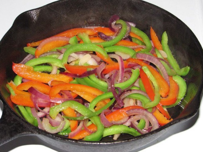 1. Stage. Fry the vegetables in oil for 10 minutes until soft.