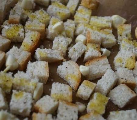 1. Stage. Cut the bread into cubes, spread on a baking sheet and sprinkle with olive oil, add the garlic, salt and Provence herbs passed through the press. Cook in the oven at 150 degrees for about 40 minutes.
