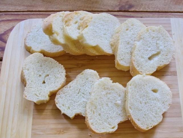 1. Этап. Багет нарежьте на кусочки и подсушите в духовке при 200 градусах в течении 5 минут.