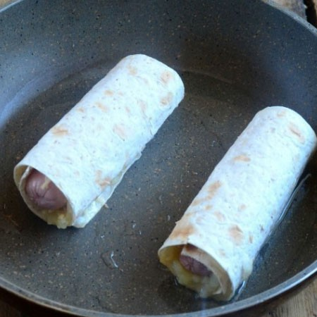 1. Stage. Roll everything up and fry in a pan a little oiled until golden brown on all sides.