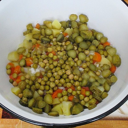 1. Stage. Cut the cucumber as you like, add half a half liter jar of peas, this is somewhere around 140 gr.