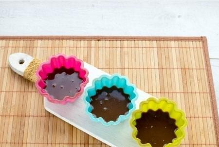 1. Этап. Готовое желе разлейте по формочкам, наполняя их на половину и поставьте в холодильник.