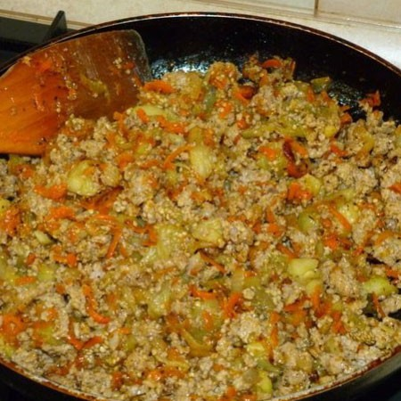 1. Stage. First, prepare the filling according to the second option. Season the minced meat with spices and salt, fry in vegetable oil for about 5 minutes, then add diced onions, grated carrots and half finely chopped eggplant pulp, cook for 10 minutes.