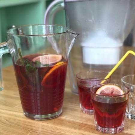 1. Этап. Добавьте фильтрованную воду, сахар перемешайте и подавайте.