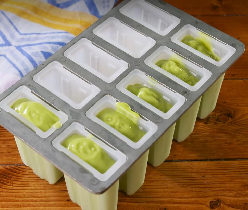 1. Этап. В блендере или кухонном комбайне смешайте авокадо с соком лайма, сахар и кокосовое молоком. Взбить до однородной массы и вылить в форму для мороженого.