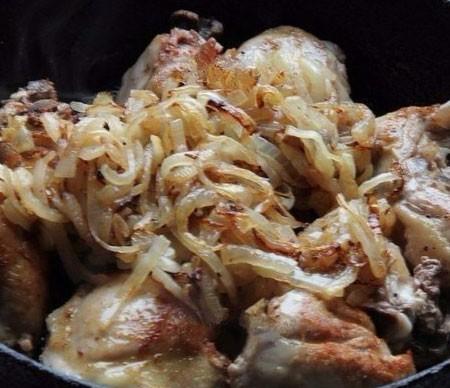 1. Этап. Курицу нарежьте на кусочки, посолите и поперчите, обжарьте на той же сковороде где готовился лук. Жарьте до образования красивой румяной корочки. Затем добавьте к мясу лук.